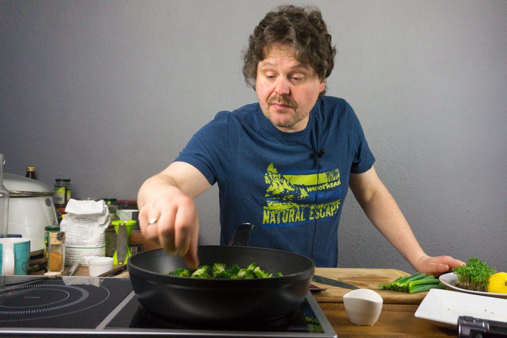 Michael am kochen.