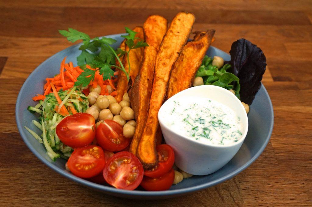 Süßkartoffeln-Wedges mit Dip und Salat