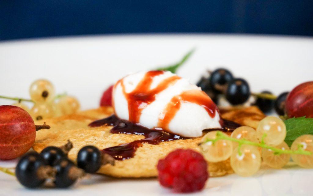 Haferflocken-Pfannkuchen mit Kokosjoghurt