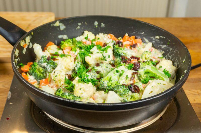Schnelle Gemüsepfanne: Cremig, nussig, vegan